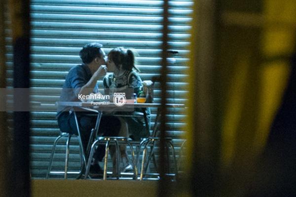 """... và Hari Won bất ngờ """"khóa môi"""" Trấn Thành say đắm ngay tại quán ăn - Tin sao Viet - Tin tuc sao Viet - Scandal sao Viet - Tin tuc cua Sao - Tin cua Sao"""