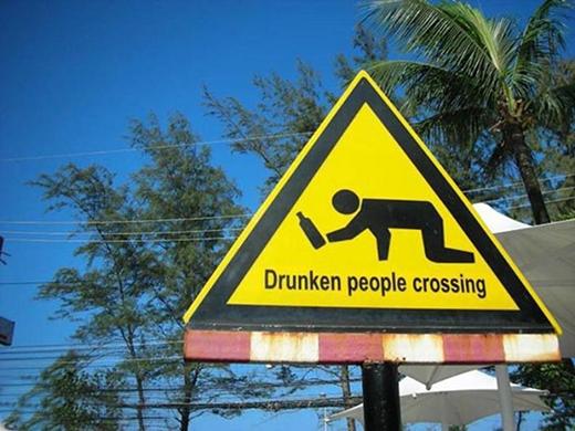 """""""Người say qua đường.""""Hẳn đây là biển báo trong khu... bợm nhậu có nhiều quán rượu, quán bar. (Ảnh: Internet)"""