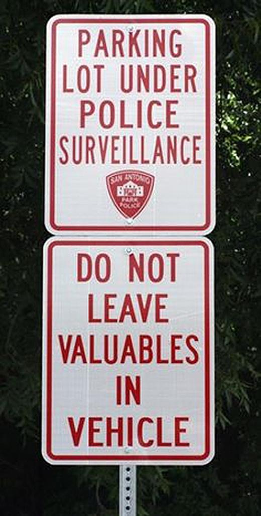 """""""Bãi đỗ xe nằm dưới sự giám sát của cảnh sát. Xin đừng để vật dụng có giá trị trong xe."""" Dường như cảnh sát chỉ lo chuyện xe còn trong bãi hay không thôi phải không? (Ảnh: Internet)"""
