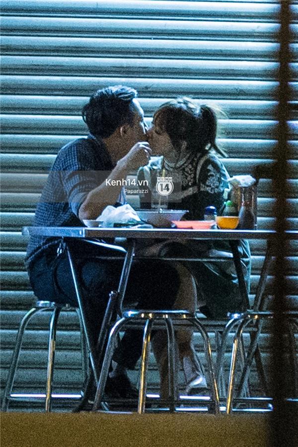 """Và đỉnh điểm của sự thân mật ấy, là nụ hôn say đắm mà cặp đôi dành cho nhau ngay tại quán ăn vào giữa đêm khuya, đã được """"paparazzi"""" lưu lại được. - Tin sao Viet - Tin tuc sao Viet - Scandal sao Viet - Tin tuc cua Sao - Tin cua Sao"""