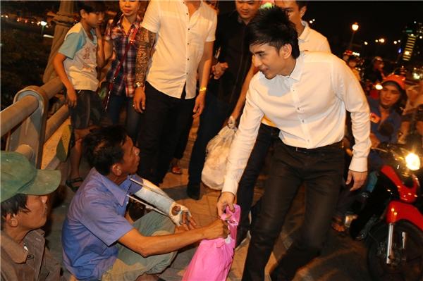 Đan Trường mang niềm vui lan toản trên khắp nẻo đường của Sài Gòn. - Tin sao Viet - Tin tuc sao Viet - Scandal sao Viet - Tin tuc cua Sao - Tin cua Sao
