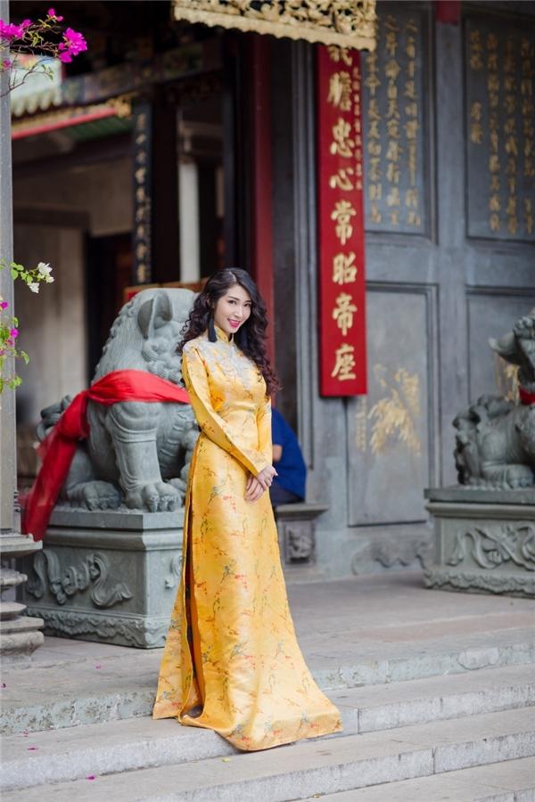 Khổng Tú Quỳnh cực sang trọng trong chiếc áo dài tông màu hoàng gia quý phái. - Tin sao Viet - Tin tuc sao Viet - Scandal sao Viet - Tin tuc cua Sao - Tin cua Sao