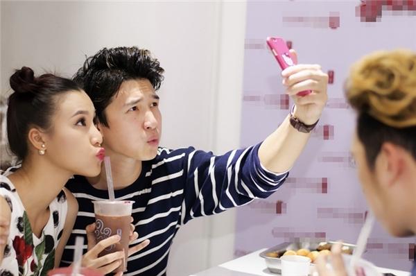 Cặp đôi nhí nhảnh tạo dáng cùng nhau selfie. - Tin sao Viet - Tin tuc sao Viet - Scandal sao Viet - Tin tuc cua Sao - Tin cua Sao