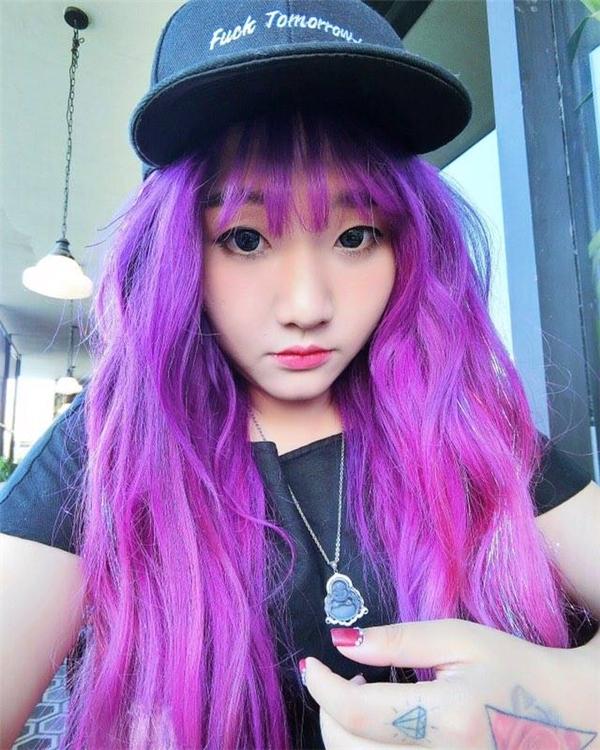 Cô bạn búp bê tóc tím, xăm mình, và đáng yêu không thể tả