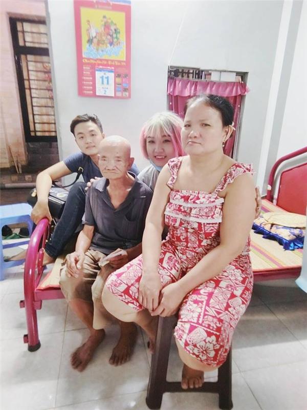 Cô thường xuyên cùng bạn bè tham gia các hoạt động từ thiện, giúp đỡ người nghèo.(Ảnh: Internet)