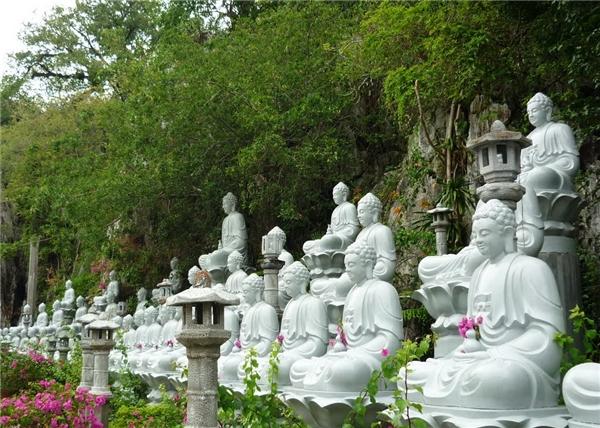 49 pho tượng Phật bên trong chùa Hang. (Ảnh: Internet)