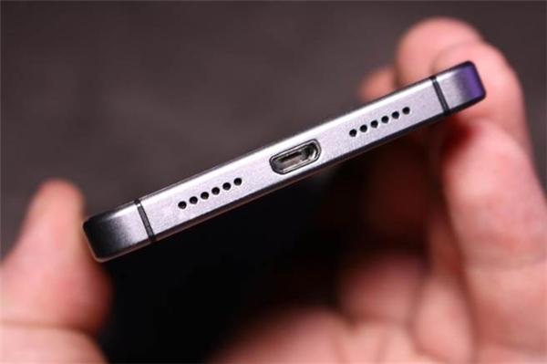 Dây sạc pin, dây phone trổi nổi có thể gây hại cho điện thoại của bạn. (Ảnh: Internet)