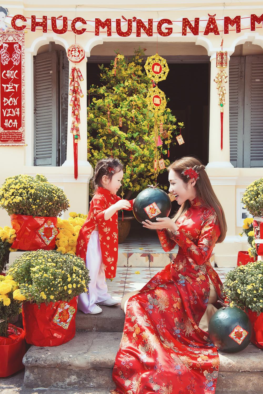 """Bé Cadie và mẹ """"tông xuyệt tông"""" trong bộ áo dài đỏ. - Tin sao Viet - Tin tuc sao Viet - Scandal sao Viet - Tin tuc cua Sao - Tin cua Sao"""