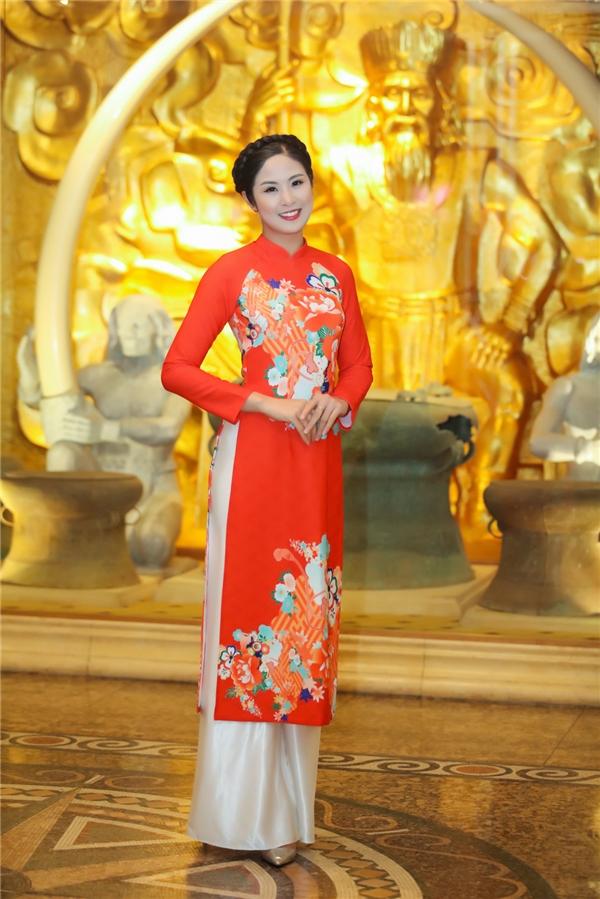 Cùng tham dự sự kiện với Kỳ Duyên còn có Hoa hậu Việt Nam 2010 Ngọc Hân. Cô diện áo dài lửng mang đậm hơi thở những ngày xưa cũ với tông màu đỏ cam rực rỡ.