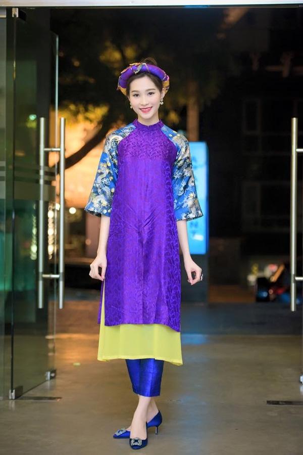 Trước đó khá lâu, hoa hậu Thu Thảo cũng diện mẫu áo dài cách tân trẻ trung trên nền chất liệu gấm nhưng với hai tông màu xanh, tím ngọt ngào.