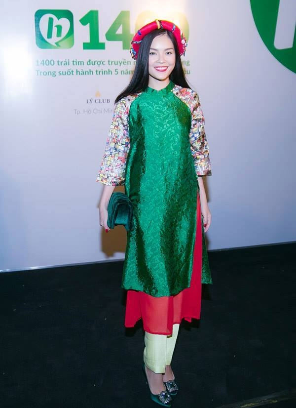 Dương Cẩm Lynh phối trang phục và phụ kiện theo công thức tông xuyệt tông.
