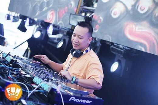 """DJ Ice - a.k.a Ngọc Bộ Đội cười roi rói vì hạnh phúc trên sân khấu chính với set nhạc """"sunset"""" cực kìlôi cuốn."""