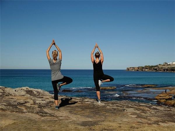 Dạy yoga, ngoại ngữ... là cách để bạn giảm chi phí khi đi du lịch. Ảnh:Mark Metcalfe.