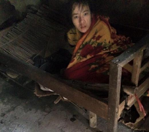 Em Trần Thị Trang (SN 1993), con gái đầu của chị Hải bị bệnh tâm thần đã 6 năm qua và ngày càng có dấu hiệu nặng thêm.