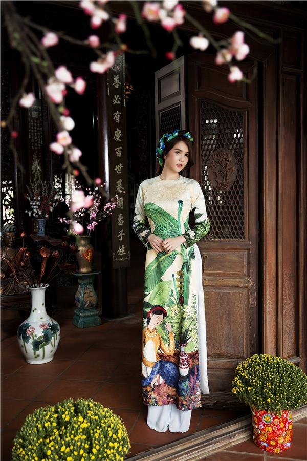 Không lộng lẫy sang trọng, không đồ hiệu nghìn đô, không tạo dáng gợi cảm, Ngọc Trinh cùng tà áo dài truyền thống đã đem về nguyên sơ nét đẹp của người phụ nữ Việt. - Tin sao Viet - Tin tuc sao Viet - Scandal sao Viet - Tin tuc cua Sao - Tin cua Sao