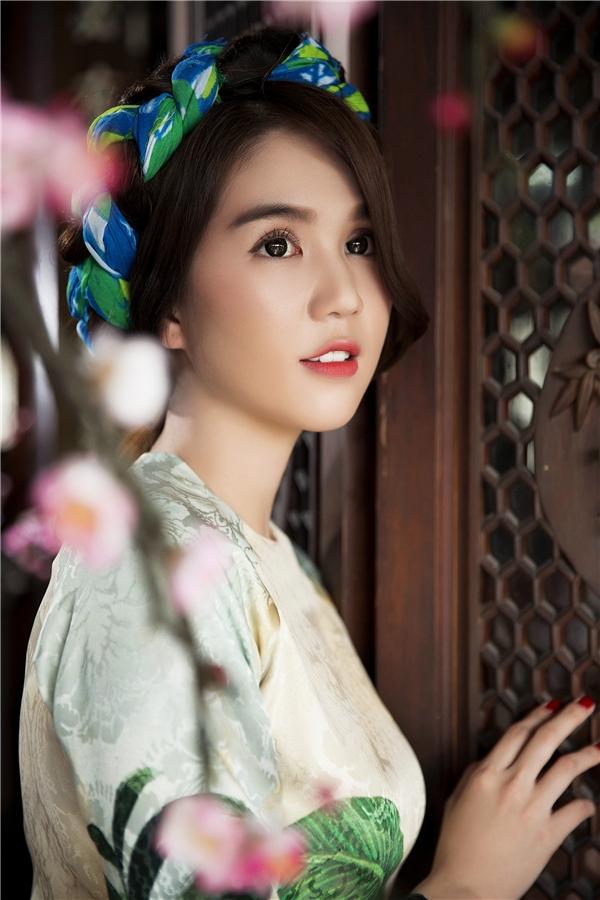 Cận cảnh vẻ đẹp dịu dàng, đằm thắm của Ngọc Trinh trong tà áo dài truyền thống của người phụ nữ Việt Nam. - Tin sao Viet - Tin tuc sao Viet - Scandal sao Viet - Tin tuc cua Sao - Tin cua Sao