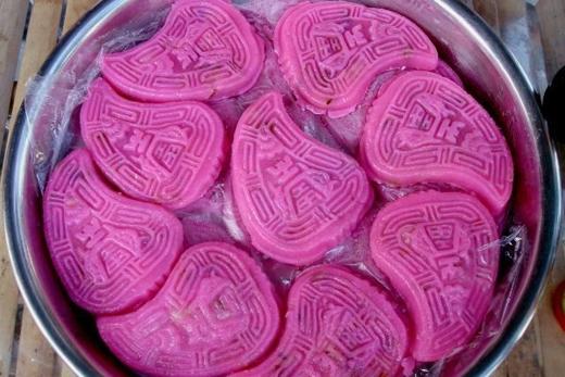 Bánh hồng đào có màu đặc trưng là màu hồng.(Ảnh: Internet)
