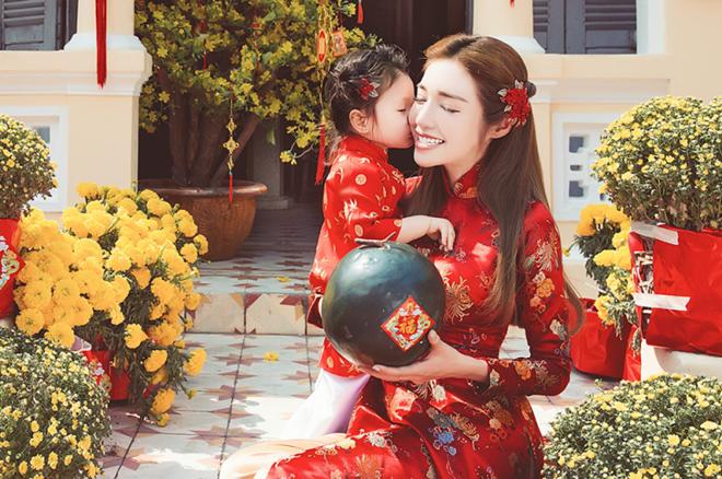 Cadie Mộc Trà cực đáng yêu bên mẹ trong tà áo dài gấm nhỏ xinh.