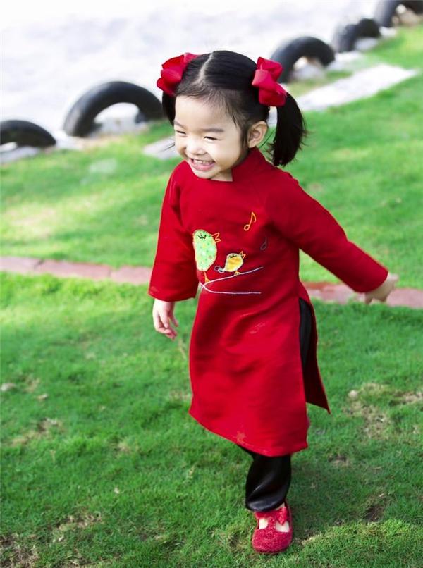 Bé Thỏ xinh tươi trong tà áo dài màu đỏ nồng nàn, quyến rũ. Đây cũng là màu sắc tượng trưng cho sự may mắn, thịnh vượng trong đầu năm mới.