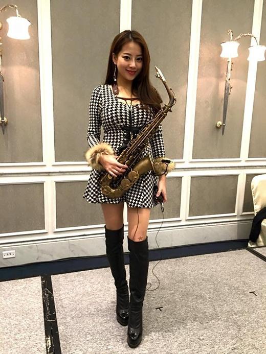 Ngẩn ngơ trước nhan sắc vạn người mê của mĩ nữ thổi saxophone