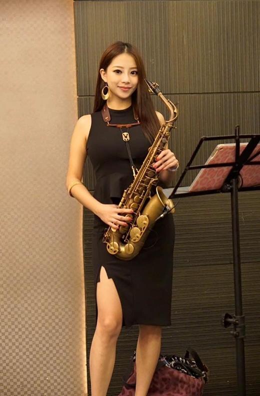 Cô nàng thường xuyên tạo dáng chụp ảnh cùng cây saxophone yêu quý. (Ảnh: Internet)