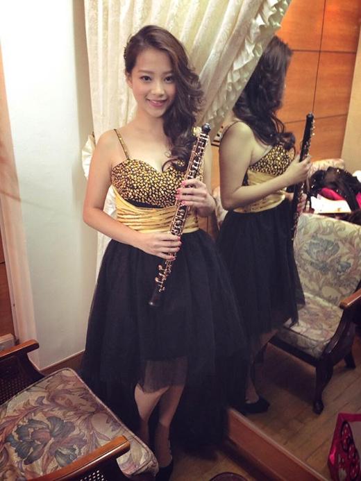 Cô nàng còn biết thổi kèn oboe. (Ảnh: Internet)