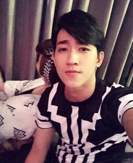 Người hâm mộ vô tình phát hiện ra người con gái ngồi cạnh Võ Cảnh trong hình ảnh mới của anh chàng cũng có chiếc băng đô xinh xắn đó. - Tin sao Viet - Tin tuc sao Viet - Scandal sao Viet - Tin tuc cua Sao - Tin cua Sao