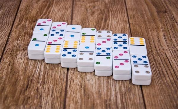 Domino được ưa chuộng ở Việt Nam và nhiều quốc gia khác trên toàn thế giới vì có tác dụng luyện trí não, phản xạ và khả năng tính toán.(Ảnh: Internet)