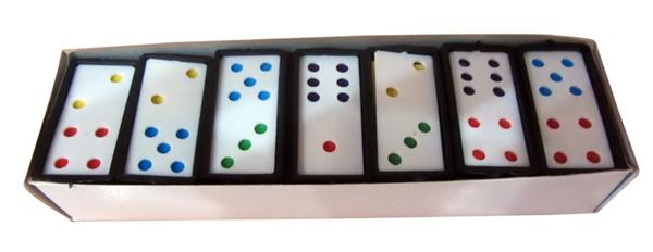 Hộp cờ domino mà nhà ai cũng sở hữu đến... vài hộp là chuyện thường, vì khi nào chơi xong cũng vứtlung tung.(Ảnh: Internet)