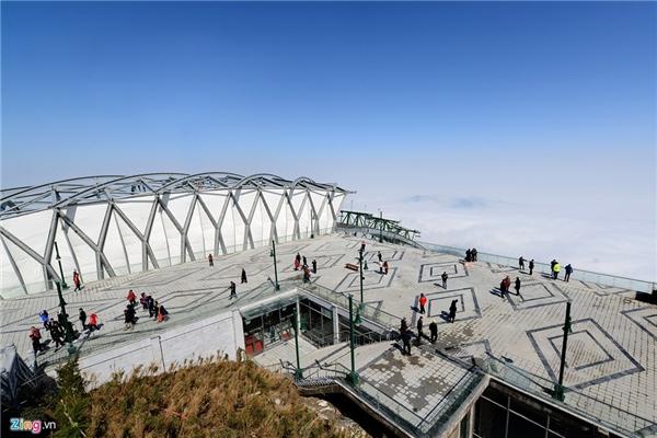 Nhìn từ nhà ga đến ở độ cao 3.000 m, phong cảnh xung quanh bồng bềnh mây, kìvĩ.