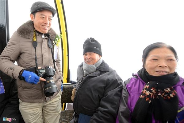 """""""Tôi từng đi cáp treo rất nhiều nơi trên thế giới nhưng là lần đầu tiên tôi lên đỉnh Fansipan. Tôi rất thích ngắm cảnh tại đây, nhưng do có tuổi nên chưa từng có cơ hội"""", ông Nguyễn Tấn Vạn, Chủ tịch Hội kiến trúc sư Việt Nam chia sẻ."""