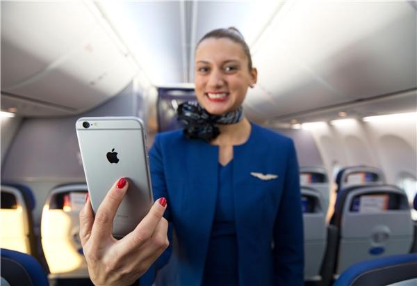 Một số tiếp viên hàng không đã vi phạm qui định về việc sử dụng điện thoại. (Ảnh: Internet)