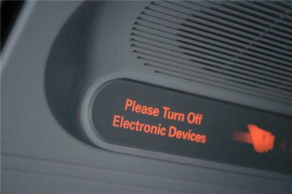 Hành khách không được sử dụng điện thoại hay thiết bị điện tử trên máy bay. (Ảnh: Internet)