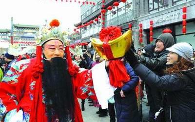 Khác với các hội đền khác, người Trung Quốc đến đền Wuxiancaishen để cầu may mắn, thành công và phú quý nhiều hơn là vui chơi, mua sắm. Tuy nhiên bạn cũng có thể tìm thấy một vài món ăn vặt đặc trưng của Bắc Kinh ở hội đền này.(Ảnh: Internet)