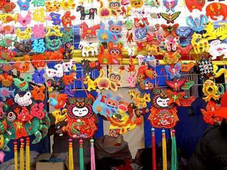 Còn ở hội đền Bạch Vân, người dân thường đến để thảy đồng xu vào tượng khỉ và một chiếc chuông để cầu may mắn, bình an. Ngoài ra, tục lệ truyền thống, sản phẩm thủ công truyền thống, triển lãm tranh cũng là những điểm nhấn cần chú ý khi đến hội đền Bạch Vân.(Ảnh: Internet)