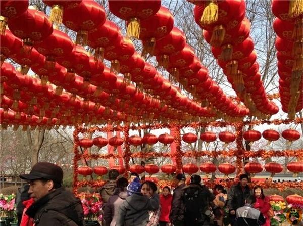 Hội đền rồng mùa xuân ở núi Phượng Hoàng có một chuỗi các hoạt động bao gồm cầu sức khỏe và may mắn, ăn chay và mì bình an. Những hoạt động giải trí ở hội đền được kết hợp với tục lệ truyền thống của núi Phượng Hoàng.(Ảnh: Internet)