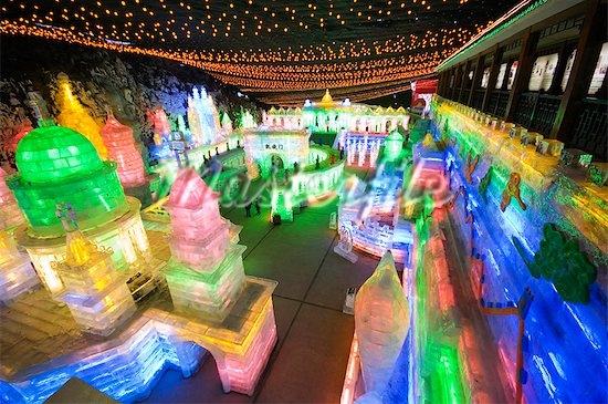 Cách trung tâm Bắc Kinh khoảng 80km là triển lãm băng đăng Longqing Gorge Ice and Snow Festival, hoạt động từ giữa tháng 1 đến cuối tháng 2. (Ảnh: Internet)