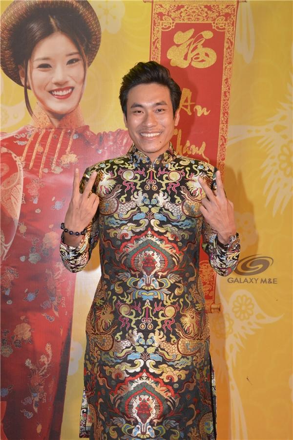 Diễn viên Kiều Minh Tuấndiện bộ áo dài rực rỡ sắc màu đến tham dự sự kiện. - Tin sao Viet - Tin tuc sao Viet - Scandal sao Viet - Tin tuc cua Sao - Tin cua Sao
