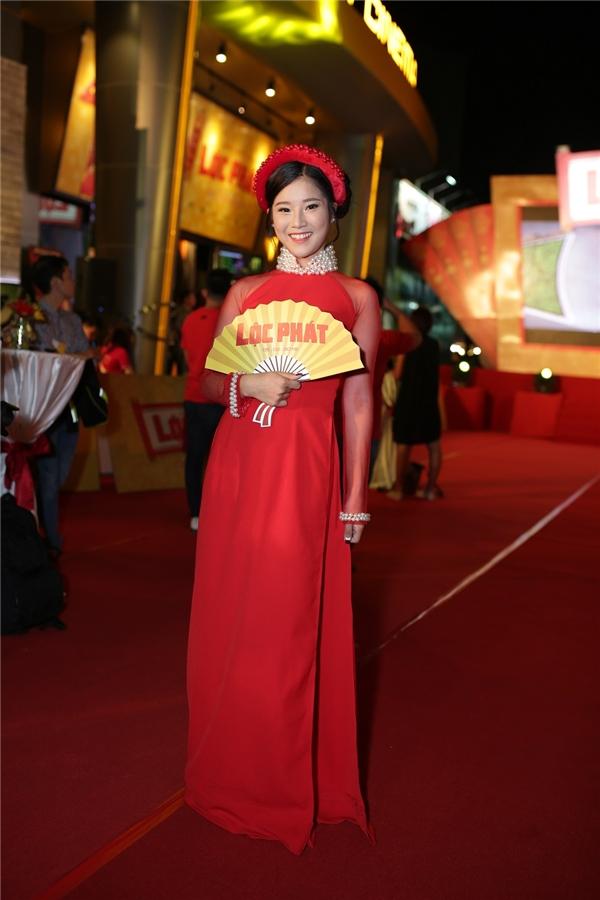 Hoàng Yến Chibi trong trang phục áo dài đỏ rực rỡ. - Tin sao Viet - Tin tuc sao Viet - Scandal sao Viet - Tin tuc cua Sao - Tin cua Sao
