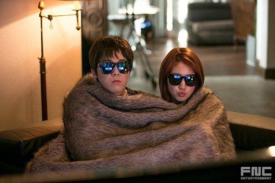 """Quen biết nhau khi có cơ hội tham gia phim truyền hình You're Beautiful, Park Shin Hye và Lee Hongki (F.T. Island) từ đó đến nay vẫn giữ mối quan hệ bạn bè thân thiết. Cả hai không ngần ngại khoe ảnh """"hẹn hò"""" cùng nhau lên trang cá nhân. Mặc cho các fan lên tiếng phản đối việc thân thiết với các đồng nghiệp nam nhưng nữ diễn viên The Heirs vẫn không vì vậy mà làm ảnh hưởng đến tình bạn của mình. Năm 2015, Park Shin Hye tham gia vào MV Insensible của Lee Hongki như một sự ủng hộ anh trên con đường """"đánh lẻ"""" sắp tới."""