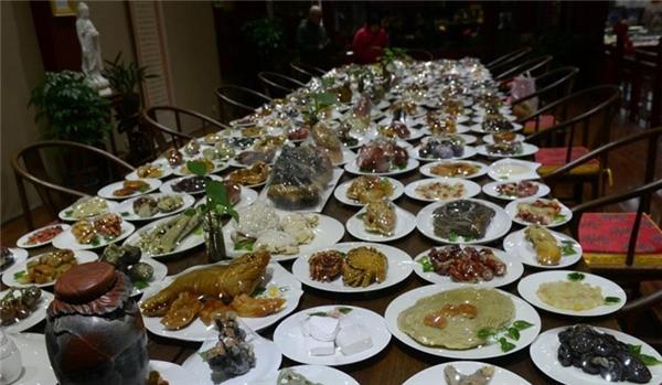 Bàn tiệc với 143 món ăn. (Ảnh: Internet)
