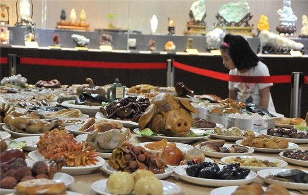 Há hốc mồm với bàn tiệc 143 món ăn làm bằng đá quý