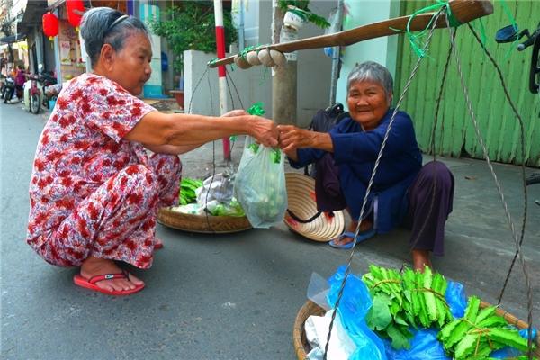 Cụ Xiêmngày ngày vẫn gánh rau bán dọc các con đường trong thành phố Cần Thơ.(Ảnh: Internet)
