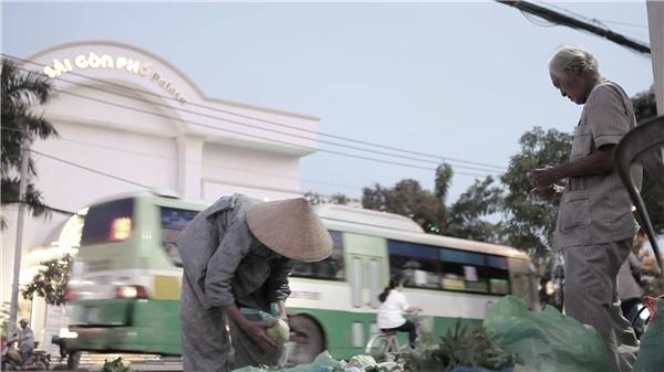 Người dân quanh khuđường Huỳnh Tấn Phát, quận 7 không còn xa lạ gì với quán rau ven đường của cặp đôi vợ chồng già. (Ảnh: Internet)