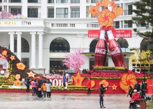 Các bạn trẻ Hà Nội cũng có thể trải nghiệm khu chụp hình Megafie tại khu đô thị Royal City.