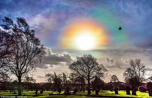 """""""Cầu vồng lửa"""" xuất hiện khi mặt trời bắt đầu lặn ở Normanton, Tây Yorkshire. (Ảnh: Internet)"""