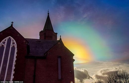 Một số tấm hình khác cho thấy bầu trời đêm ở Bắc Yorkshire sáng lên. Thậm chí trong một tấm ảnh, những vòng bán nguyệt đủ màu sắc còn mọc lên trên mái nhà thờ. (Ảnh: Internet)