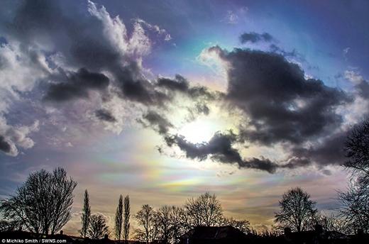 Ánh mặt trời phải xuyên qua các tinh thể ở một góc độ chính xác thì mới tạo được hiệu ứng màu sắc. (Ảnh: Internet)