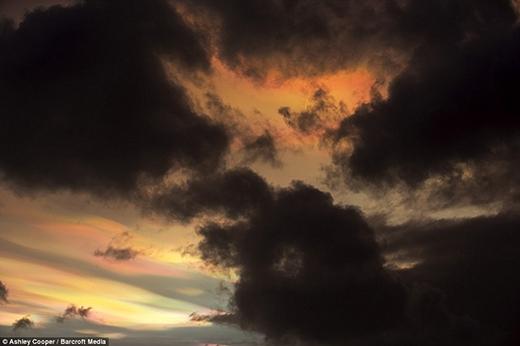 Sửng sốt khung cảnh cầu vồng lửa hiếm thấy khi mặt trời lặn