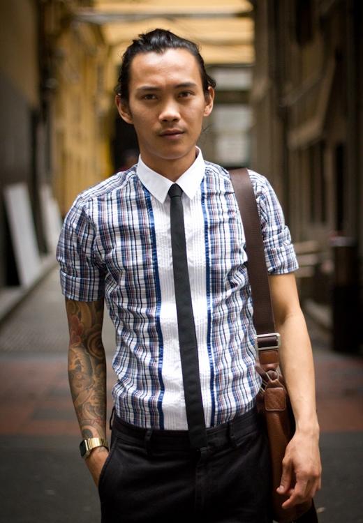 Mặc sơ mi ngắn tay với cà vạt: nếu đeo cà vạt, bao giờ cũng nên đi kèm với sơ mi dài tay, nó sẽ đem đến vẻ chuyên nghiệp, sang trọng và tự tin cho ngoại hình của bạn. (Ảnh: Internet)
